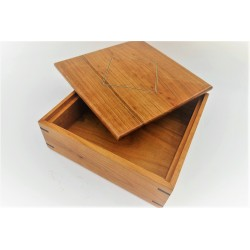 Boîte carrée en merisier...