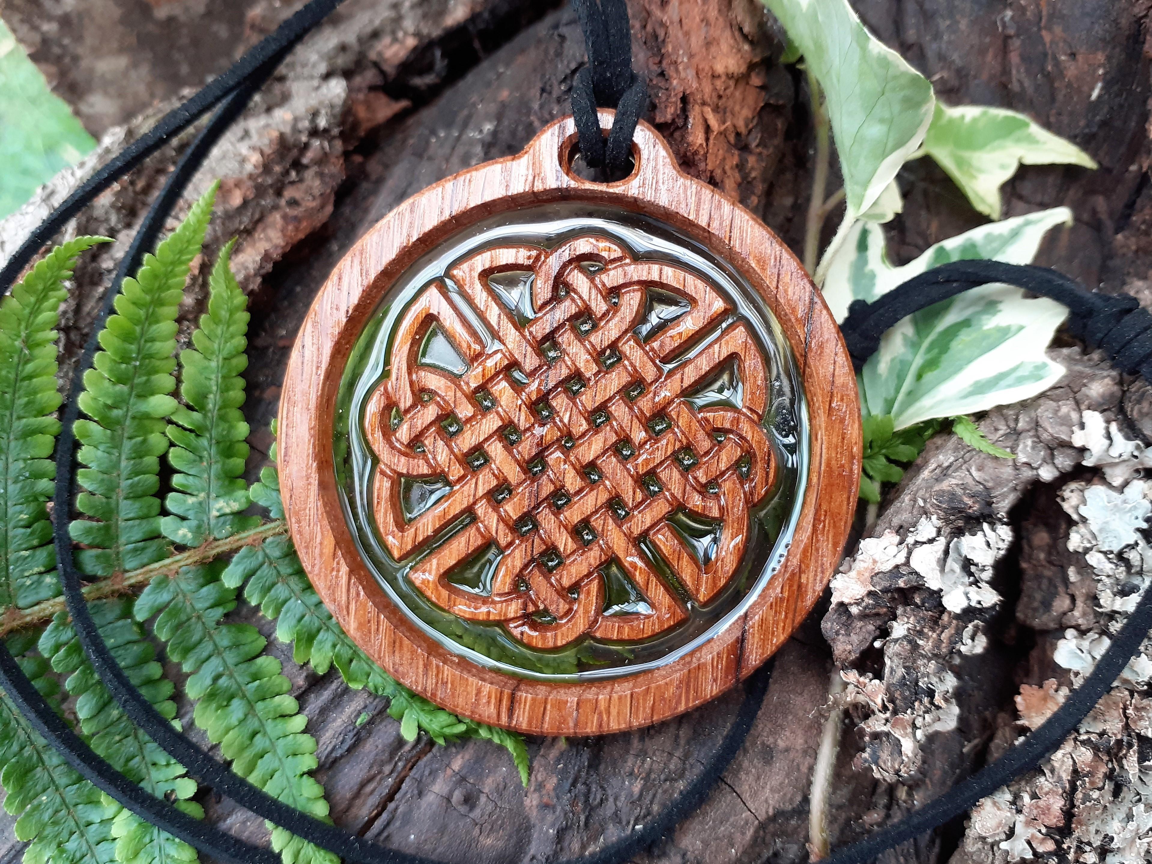 Médaillon pendentif en bois de chêne et résine transparente, décoré d'un noeud celtique gravé