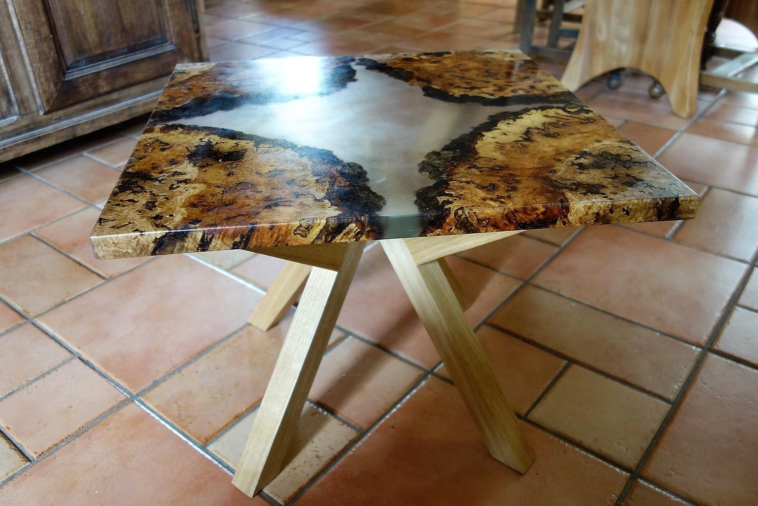 Table basse en loupe de chêne et résine, piétement en chêne
