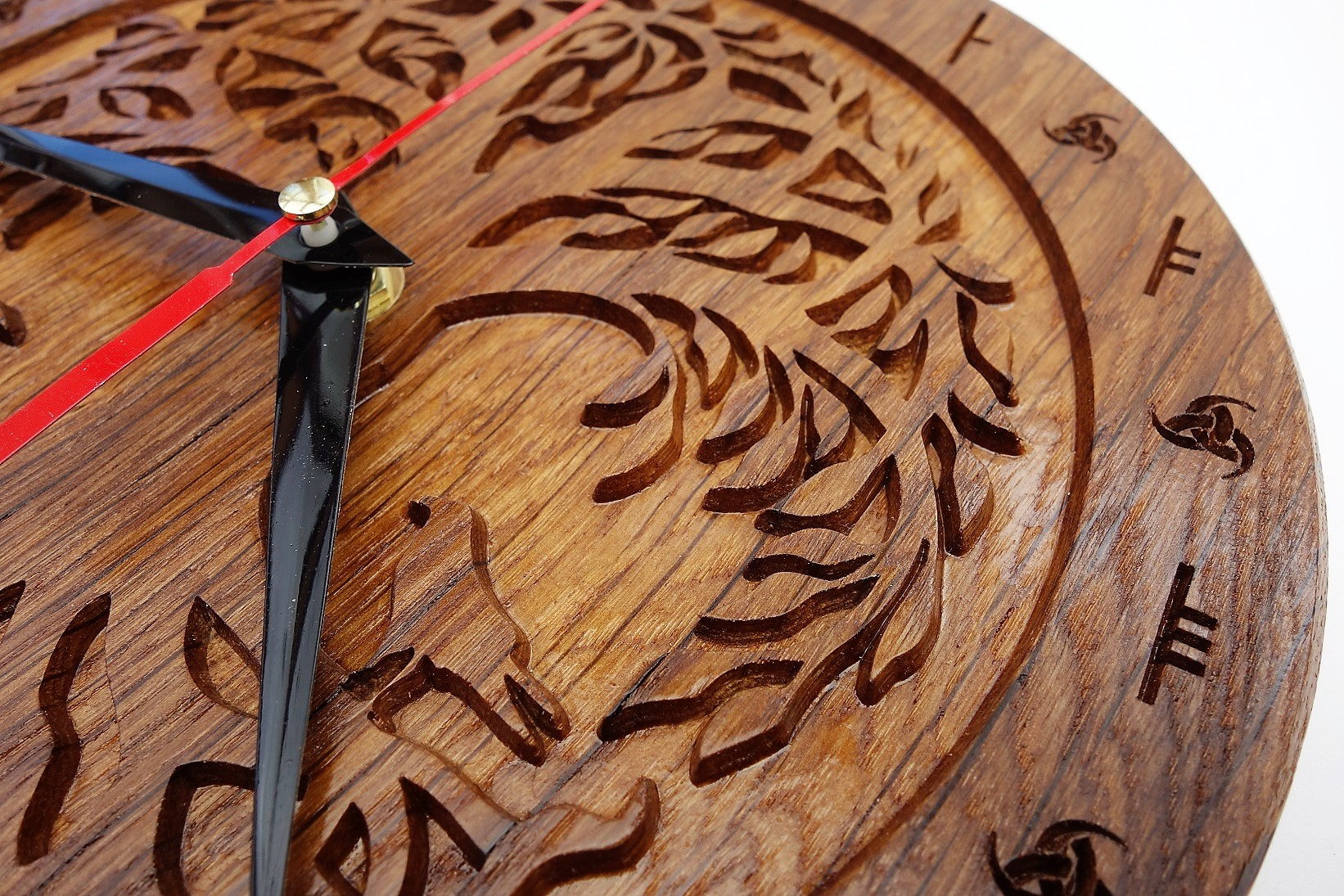Horloge en bois de chêne décoré d'Yggdrasil l'arbre monde et des deux corbeaux d'Odin Munin et Hugin